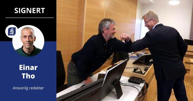 KOMMENTATOR: Ballen er i lufta. Arne Utvik og Ole Henrik Nesheim går i en kraftig hodeduell – men var det en stygg albue der da? Ja, dette må de se på i VAR-bua...