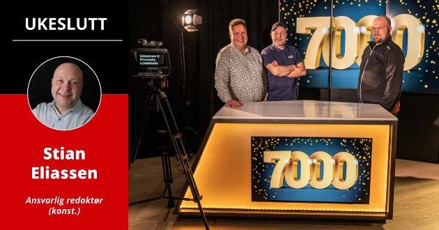 MANGE MILEPÆLER: Siden starten i 2015 har iFinnmark passert mange milepæler i abonnenter og lesertall. Her markerer Tor Kjetil Kristoffersen, Stian Eliassen og Arnfinn Sjøenden en av milepælene, i iFinnmarks nye TV-studio.