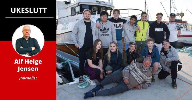 ENORM INTERESSE: Her er noen av fjorårets ungdomsfiskere i Mehamn flankert av læremestrene Jørgen (til venstre) og Marius Berg. Foran deres far, mannen bak Gamvik-modellen, Øyvind Berg. I år er det hele 41 påmeldte. Kommunen har en egen prioritering der bosatte i kommunen kommer først. Når én har tjent maksbeløpet, får neste person muligheten.