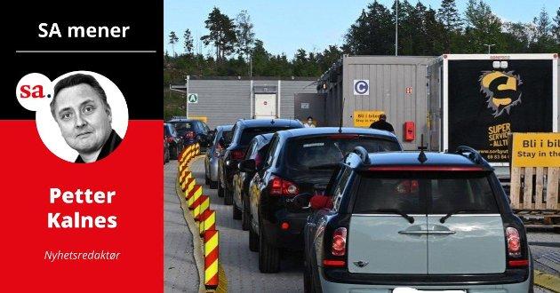– Privatpersoner på handletur, pendlere og yrkessjåfører i trailere står i endeløse køer på Svinesund.