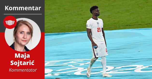 England-spiller Bukayo Saka går av banen med medaljen i handa, etter det forsmedelige tapet mot Italia i EM-finalen.  Saka ble i ettertid utsatt for grov rasisme.