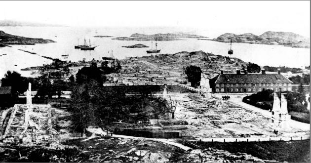 Bildet av Stavern i dag og etter bybrannen i 1883.