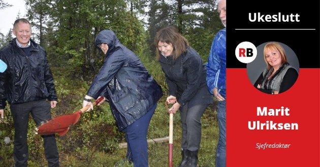Bildet av henne på flyplasstomta i august 2017, der hun med sydvesten på hodet og spaden i hånda, tar et tak for Norges neste storflyplass, er blitt legendarisk. Og latterliggjort, skriver sjefredaktør Marit Ulriksen i Ukeslutt.