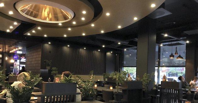 Ufo-ORGLEMMELIG: Hovedbelysningen i restaurant ABC må være den mest spektakulære på Romerike. Den gir spisestedet et eksklusivt og wow-aktig preg i et lokale som ellers er tonet i mørke farger, brutt opp med lave skillevegger fulle av planter. ALLE FOTO: AUGUST & PETRA