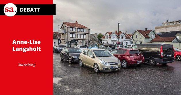 IKKE LENGER GRATIS: 1. oktober ble det slutt på to timer gratis parkering på de kommunale langtidsplassene. Det reagerer Anne-Lise Langsholt på i dette innlegget.