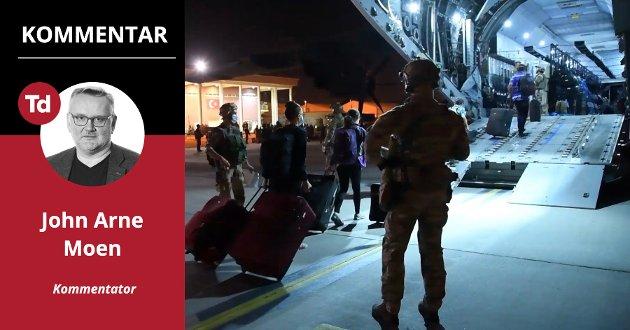 Panikkartet flukt: Det som var tenkt som en velorganisert sorti ble i løpet av noen timer til regelrett flukt fra den afghanske hovedstaden Kabul. Her vokter tungt bevæpnede franske elitesoldater evakueringen av franske borgere og lokale støttespillere natt til onsdag denne uken.