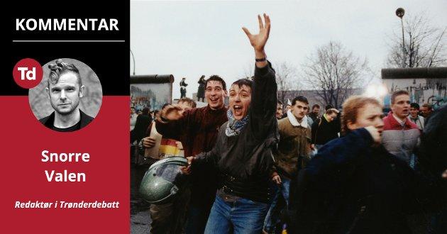 Det første TV-øyeblikket jeg husker var da jeg var fem år: Murens fall i 1989. Dagens ungdom har nok langt dystrere øyeblikk som sine definerende, første minner fra verden rundt oss, skriver Trønderdebatt-redaktør Snorre Valen. Bildet viser jublende ungdommer som krysser grensa til Vest-Berlin i 1989.