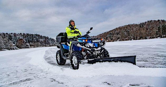 Morten Bjerke, eier av Grøterud Gård nord for Årungen tok initiativet til å brøyte skøytebane rundt Årungen på 7,1 kilometer. I tillegg ble det også to ishockeybaner og en flystripe for modellfly. Her er han klar til en ny runde på Årungen-isen.