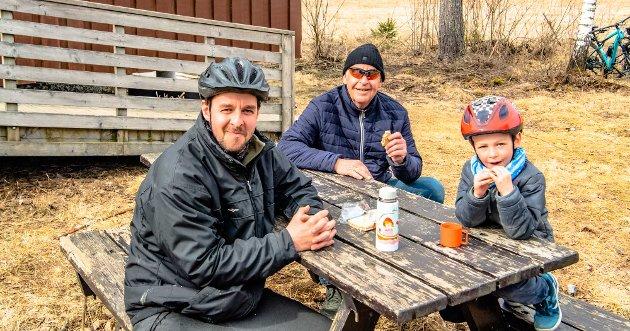 Tre generasjoner Smedsrud treftes på Trampen. Hans Kristian (67) i midten har tatt turen fra Granheimlia, mens Gunnar (39) og sønnen Hans Ludvig (6) kom på sykkel fra gården Dammen, nær grensa til Garder. – Vi sykler og leker og er heldige som bor på gård. Der har vi god plass. Så hit til Trampen er det en fin sykkeltur, og så hadde vi avtale med bestefar at han også skulle ta seg en vaffeltur til Trampen, sier Gunnar Smedsrud.