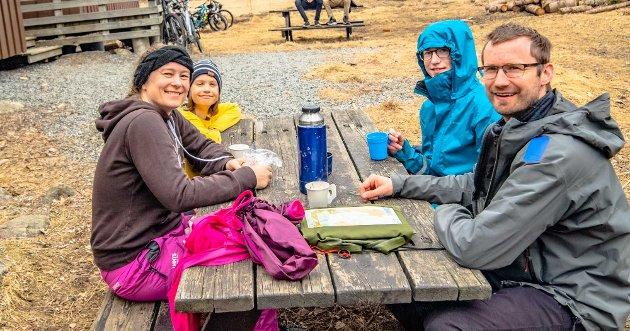 – Vaflene på Trampen er en god korona erstatter. Dessuten er det eggjakt her, og litt turorientering får vi også med oss på turen. Må gi masse skryt til Speiderne som har hatt eggjakt hver dag på forskjellige steder i Ås. Her på Trampen er det jo ekstra bonus med vafler, så vi er storfornøyde, sier Kristin Magnus (41). videre fra venstre har hun med seg Even Gjuvsland, Martin (13) Gjuvsland, og Arne (42 Gjuvsland.