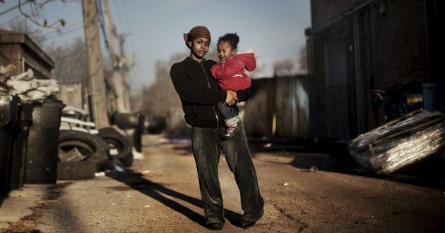 Fra hånd til munn: Slik har den amerikanske drømmen endt for Akilah Thompson (25) og datteren. Hardt arbeid gir knapt nok det som trengs til livets opphold. Foto: Espen Rasmussen