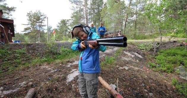 FAMILIEDAG: Moss og Omegn Jeger og Fiskeforening med familiedag på Jegerhytta i Mossemarka. Her er det Jakob Egelie-Hansen (8) i aksjon med hagle.