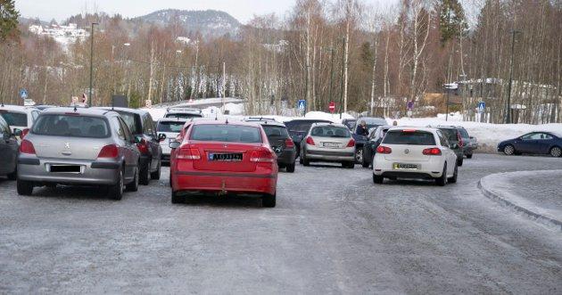 Parkering ved Røyken videregående skaper debatt.