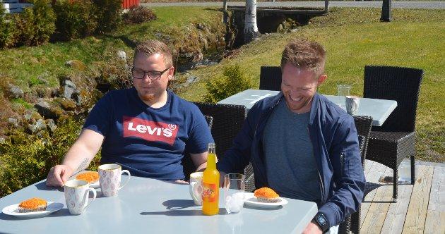 GOD STEMNING: Espen André Bergersen (t.v.) og Andreas Fallet koste seg med gulrotmuffins.