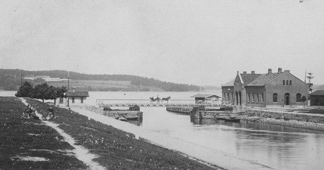 DEN FØRSTE: Denne brua ble oppført i 1855 og byttet ut i 1888. Fotografert ca. 1870-1875. Kanalparkene ble opparbeidet fra 1880.