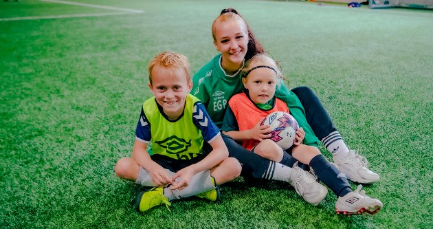 Fotballtrener Emilie (20) Glosli sammen med de ivrige fotballguttene Andreas Wenstad Kokkvold (7)  (t.v.) og Storm William Glosli (7) som også er medlem i Vålerenga-klanen.