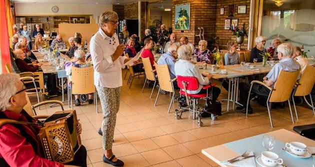 Astrid Fjerdingren på vegne av Moerhjemmets Venner ønsket velkommen til sommerfesten på Moerhjemmet.
