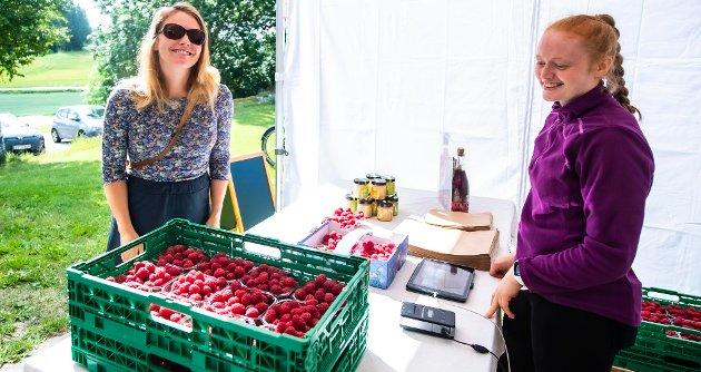 Helene Nordås fra Flekkefjord er på besøk på Fagerstrand. Da var ikke turen så lang til Bringebærlandet. Og bringebærselger Heidi Ruud (t.h.) har kassevis av bær å levere til bærsugne kunder.