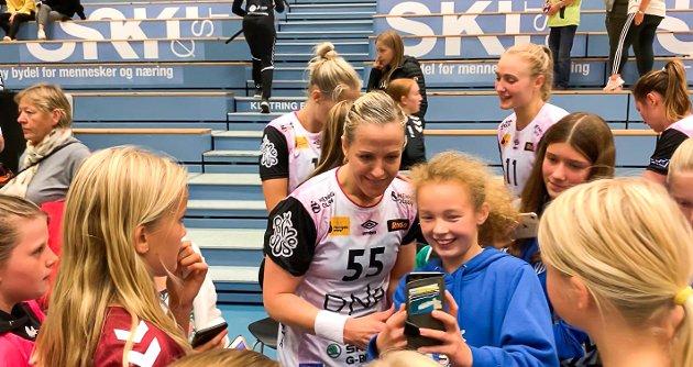 Heidi Løke tok seg god tid til autografer og selfies etter kampen.