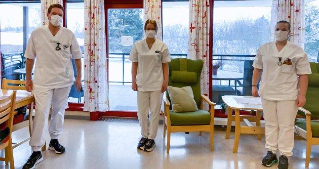 HELSEFAGARBEIDERE: Alexander Arntsen, Veronica Midtsveen og Camilla Hansen Bergsjøbrenden begynte alle som lærlinger på Løten Helsetun, der de i dag jobber som helsefagarbeidere.