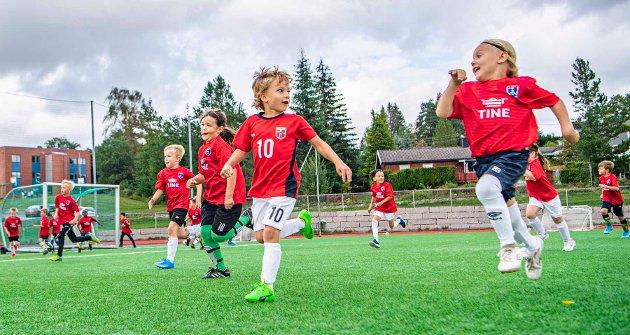 Idrettsgleden var stor på Tine fotballskole, både med og uten ball.