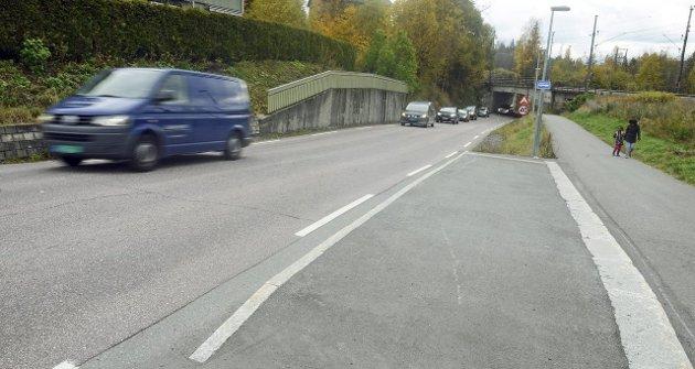 Buss-stopp: Det er også to bussholdeplasser like ved stasjonen, uten avkjøringslommer. Stansende busser skaper altså kø når det er stor trafikk over Grua, og farlige situasjoner kan oppstå.