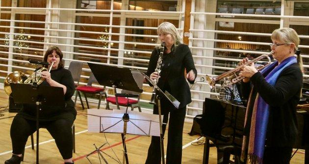 MIMIKK: Lise-Mari Simskar Heggnes fra Musikklinja hadde skrevet et spennende verk der våre distriktsmusikere fikk prøvd seg både med mimikk og teaterlignende oppførsel, i tillegg til musikken.