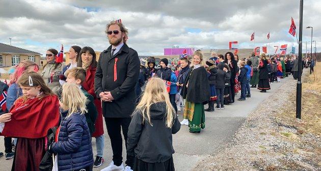 BARNETOG: Flere hundre mennesker møtte opp i barnetoget i Vadsø.