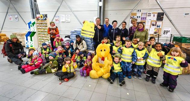Rema 1000 og PBL gir refleksvester til alle ungene i Ranas private barnehager. Rema Ranenget og Geir Nilsen delte ut vester.