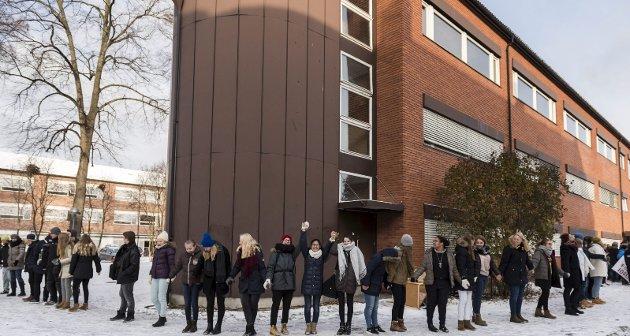 Fra aksjonen mot nedlegging av musikk (MUA), media og idrettslinja i Hønefoss. Elevene slo ring rundt skolen.