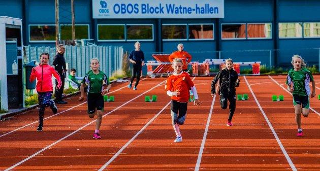 FULL INNSATS PÅ ÅS STADION: Her et heat med jenter som akkurat har startet 60 meter'n.