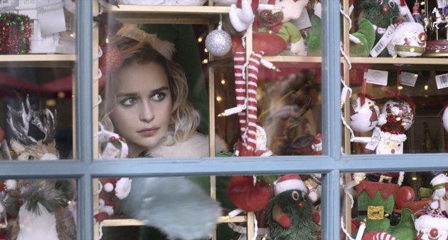 ELSKER GEORGE MICHAEL: Kate (Emilia Clarke) jobber i julebutikk i Covent Garden og elsker Wham og George Michael. Her speider hun etter drømmeprisen. Foto: Filmweb