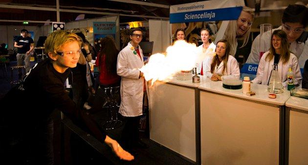 Stadig mer populær: Elever fra sciencelinjen reklamerer for linjen med realfag og entreprenørskap på utdanningsmesse Kongstenhallen i 2012.
