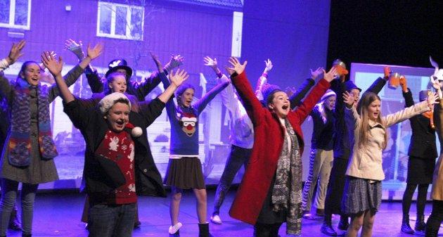 GODT JOBBET: I går hadde Gjerdrum amatørteater premiere på sin forestilling «Scrooge- En julefortelling» på Gjerdrum kulturhus. Skuespillerne er unge, men gjør en god jobb på scenen. alle foto: stine strandhaug