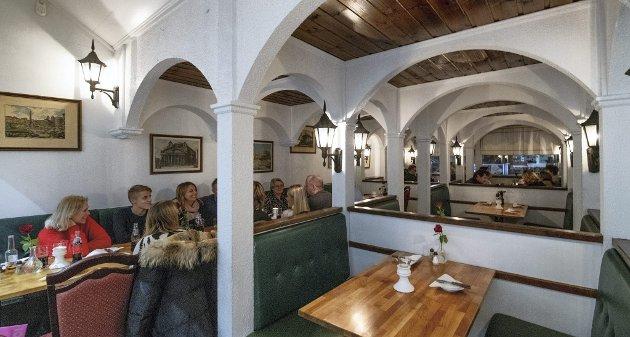 Nesten museum: Slik så flere pizzarestauranter ut på 80-tallet, med en rekke båser og mange bueganger i grovriflet juksemur og gatelykter i smijern, teak og skai. Pizzeria Trattoria Roma har holdt hus her i over 30 år, og trolig er interiøret nærmest uforandret.Foto: Vidar Sandnes