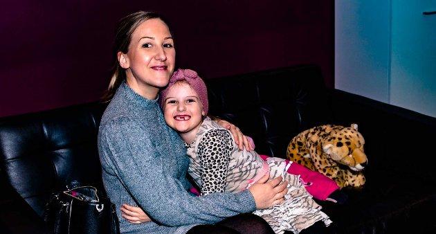 Ida Grønli og Malin (6,5) benyttet anledningen til en trylletur med Alexx, og begge er de like spente på hva de får oppleve.