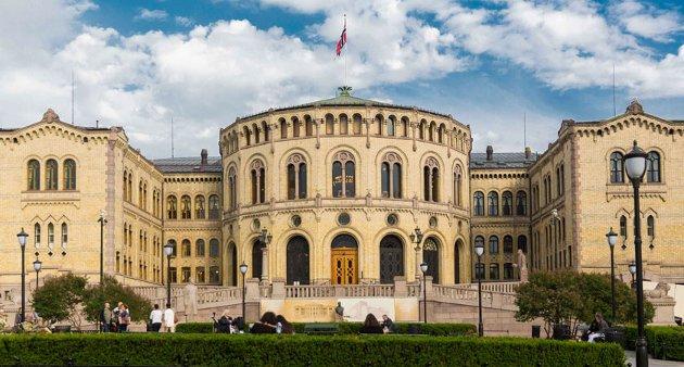 MÅ NED: Folkevalde som har arbeidsstaden sin i dette bygget, har for høg løn, meiner Raudts Geir Oldeide. No utfordrar han andre politikarar på saka.