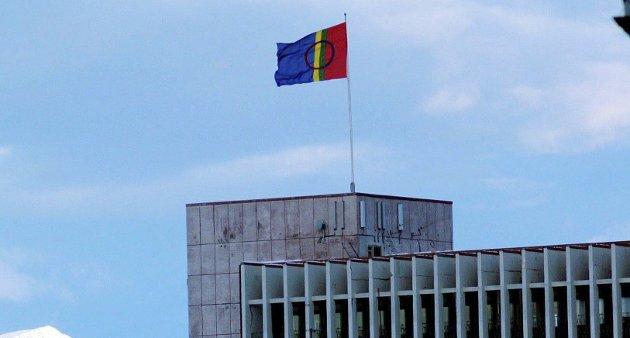 Flagget til topps: Det samiske flagget går til topps i Narvik hver gang Samefolkets dag markeres. Et forslag om å innlemme den nye Narvik kommune i det samiske språkforvaltningsområdet vil gjøre samisk langt mer fremtredende enn til i hovedsak å være en årlig flaggtradisjon.Arkivfoto