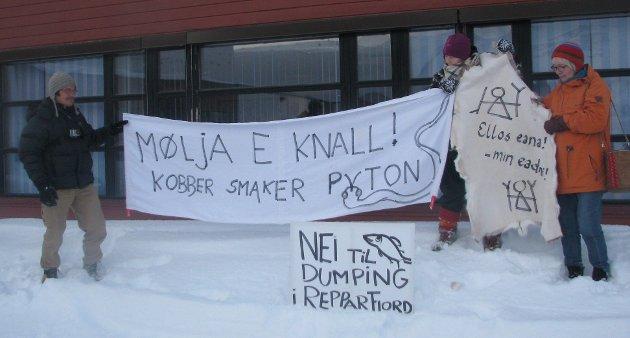 Fra demonstrasjon mot Nussir i 2013 i Kvalsund. Det var starten og da deltok tre stykker og nå er 4600 som er villige til å demonstrere