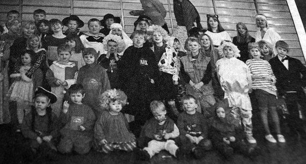 Slik så det ut når Haukland skole holdt sitt årlige karneval. Her er alle elever og barnehagebarn samlet i gymsalen.