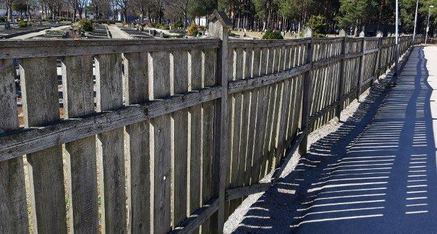 Gjerde mot gang- og sykkelsti på Undersbo kirkegård
