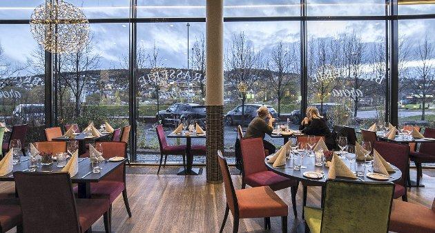 NOE ANNET: Restaurant Brasserie Arena, i første etasje på Thon hotell Arena, i Lillestrøm leverer en annen atmosfære og service enn sentrumsrestaurantene. Her har mange noe å lære. Hadde alle rettene gitt oss «wow»-opplevelser, kunne vi fort karakterisert denne som byens aller beste.FOTO: VIDAR SANDNES