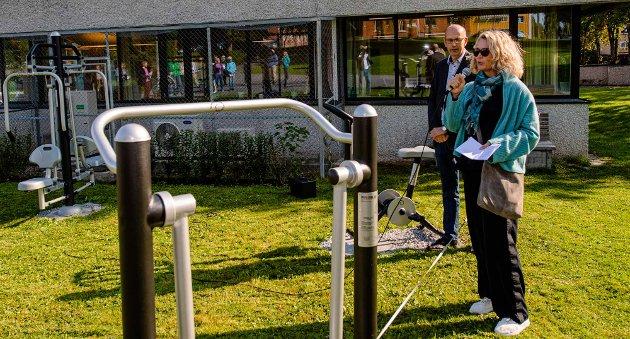 GAVE: Banksjef Karen Marie Sæther-Larsen i DNB Follo var begeistret å se at de bevilgede 100.000 var kommet til nytte for alle som ønsker i trimme.