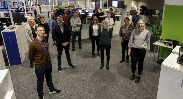 JUBILEUM: En god del av dem som var på jobb i Haugesunds Avis i går formiddag. Bak fra venstre: Anette Vårvik,        Stine Helgesen-Eide, Carsten Kickstat, Marius Amdal Haugen, Terje Flateby, Terje Størksen, Marte Sandvold Nygaard, Tone Lütcherath, Lillian Haug Sortland, Inger-Therese Holgersen, Jørgen Grønner og Alexander Urrang Hauge,        I midten fra venstre: Bente Ellingsen, Gunn E. Pedersen, Helge Vegge Nielsen, Ingfrid Holmedal, Siri Stensland, Elisiv Hauge Nilsen og Alfred Aase. Foran fra venstre: Øystein Vormestrand, Vidar K. Jenssen, Hanne Simonsen,        Lillian Dommersnes og Maria Hagland.FOTO: EINAR THO