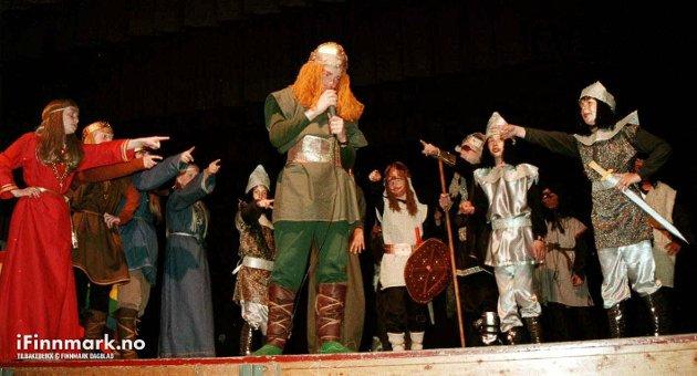 """90-TALLET: 5.-7. klasse ved Talvik skole gjorde suksess med gudespillet """"Tor og Loke hos Jotnene"""" på hjemmebane. Steinar Birgisson i rollen som Tor, rundt seg har han guder og valkyrier."""