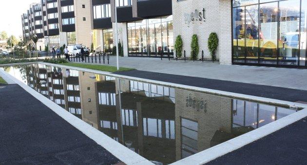 Allerede speiler leilighetene seg i vannspeilet på et grunt, men stort basseng