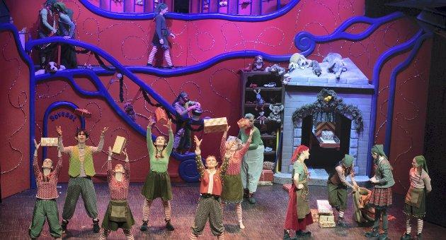 Full fart i Julenissens verksted:  Massescenene er velkoreograferte og fulle av energi og spenst. Kulissene er fargerike, og hele scenen tas i bruk. «Jakten på Juleskurken» er en julemusikal, som vil glede hele familien. Foto: Vidar Sandnes