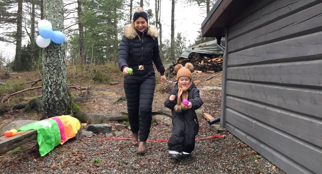 Rådmannens forslag om å flytte Knapstads ungdomsskole til en ny stor skole Spydeberg, mener Silje Risdal, her med sønnen Adam (5) vil ødelegge det blomstrende lokalsamfunnet på Knapstad.