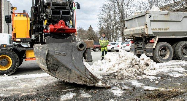 Alt som vinteren har skjult må nå børstes bort. Uteseksjonen i Ås kommune har vært ute i sentrum.