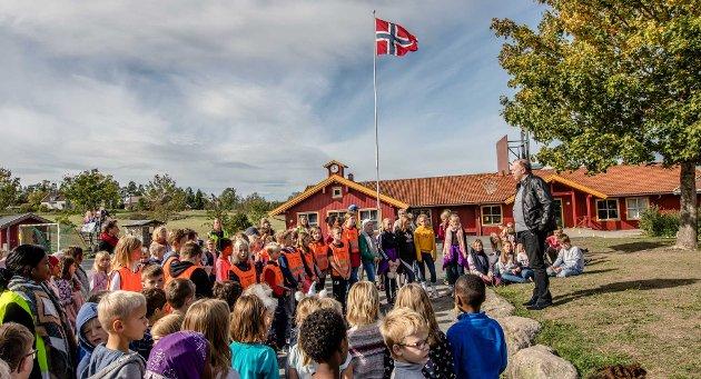 OPPRETTHOLDE ELLER LEGGE NED? Politikerne i Ås må velge å opprettholde dagens skolegrenser eller å legge ned Kroer skole, skriver Øystein Breivik som er forelder til barn på Kroer skole. (Arkivfoto av Kroer skole)